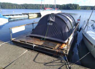 Pod namiotem na wodzie
